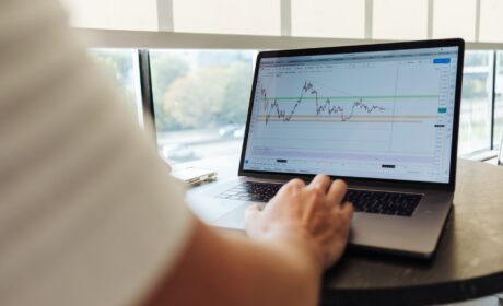 What are the most important reasons behind the popularity of the online trading concept?