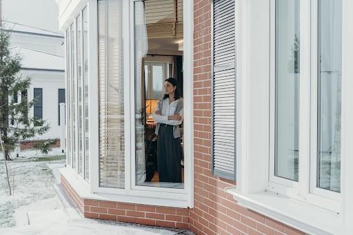 Six Bay Window Design Ideas that Match with Wood Floors